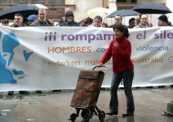 Decenas de hombres claman en Vitoria contra la violencia de género 2007