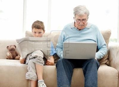 7724281-anciano-utilizando-un-ordenador-port-til-con-su-hijo-grand-leyendo-un-peri-dico--interior[1]