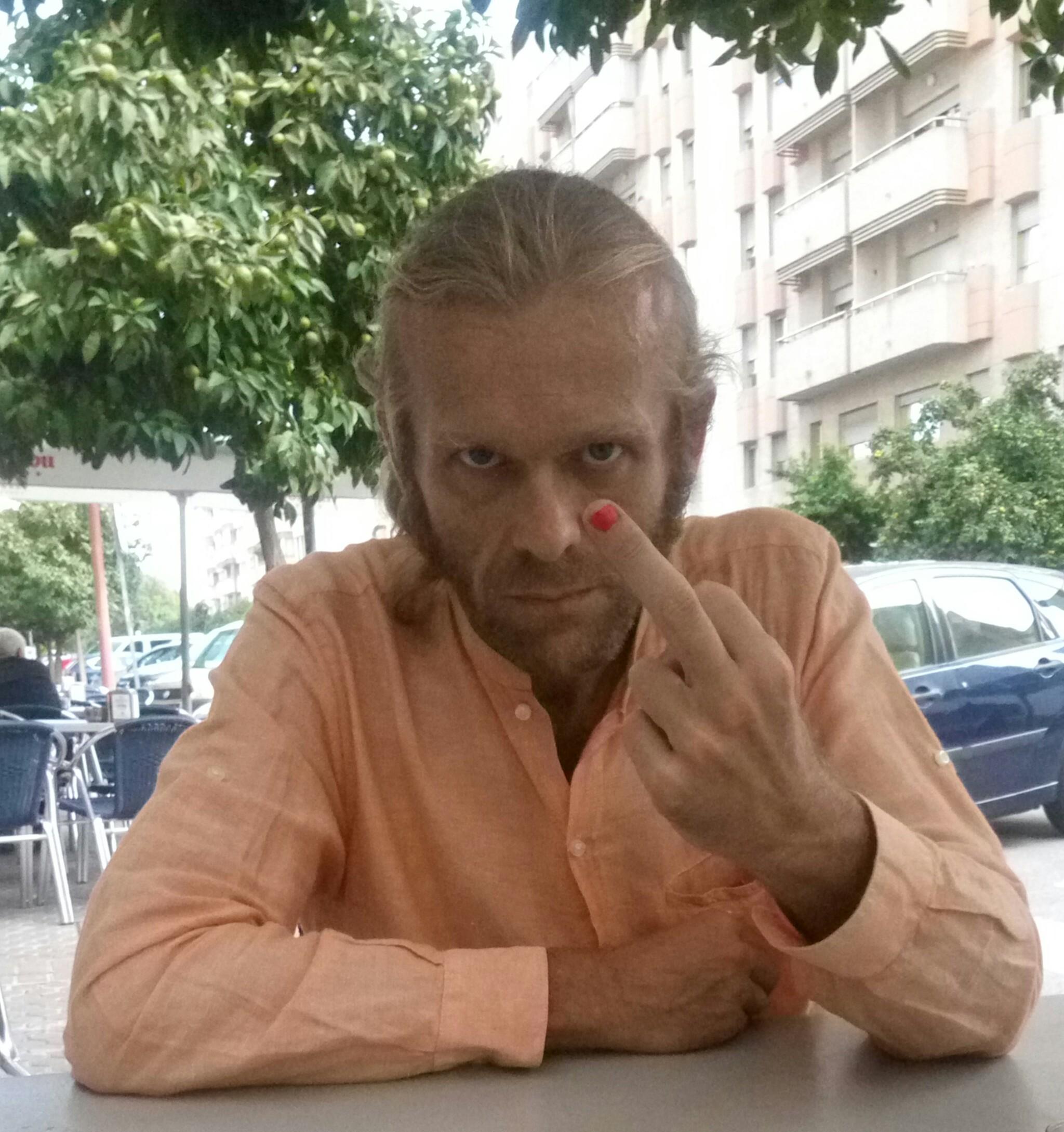 Polishedman: uña pintada contra abusos a menores